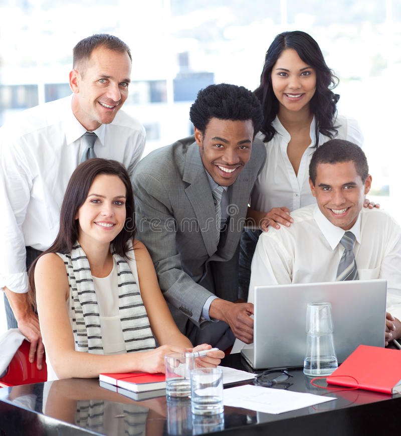 Ethnisches Geschäftsteam, das zusammenarbeitet lizenzfreie stockfotos