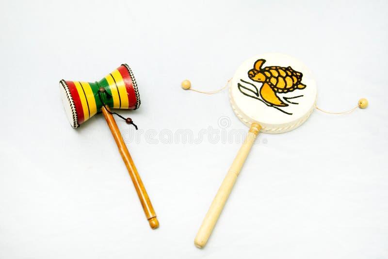 Ethnisches Musikinstrument Trommelstoßinstrument mit einem Griff Damaru stockfotografie