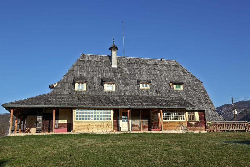 Ethno-byn i bergnatur parkerar Mokra Gora, Serbien royaltyfria bilder