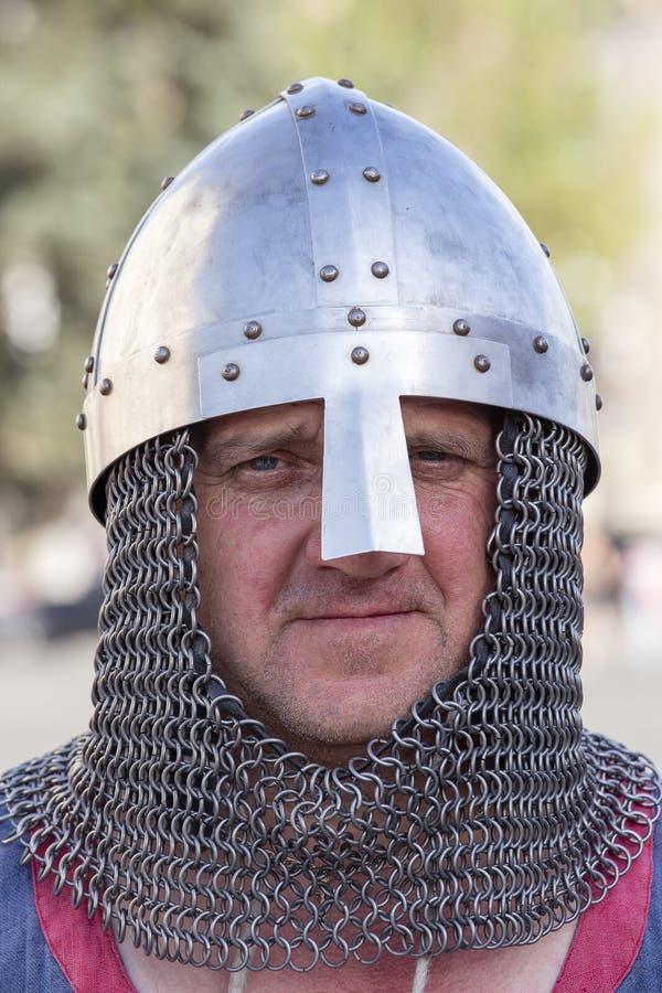 Ethno-fest: tradizioni - emozioni - vita Knight in armature a catena ha vissuto in Kyivan Rus, ricostruzione storica di Kiev anti fotografia stock libera da diritti