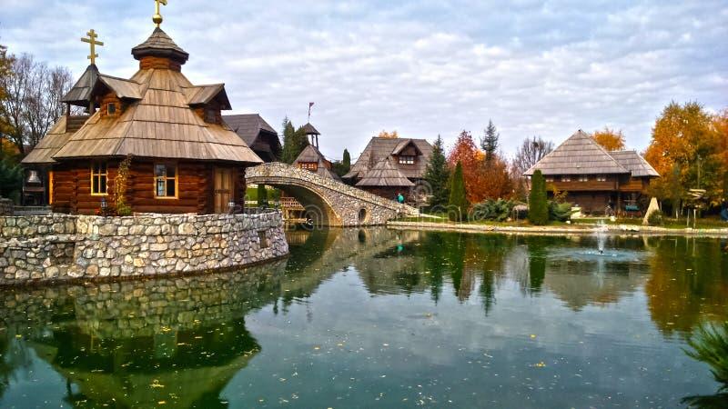 Ethnodorp Stanisici in Bosnië-Herzegovina, op de Pavloviceva-weg, de herfstseizoen royalty-vrije stock afbeeldingen