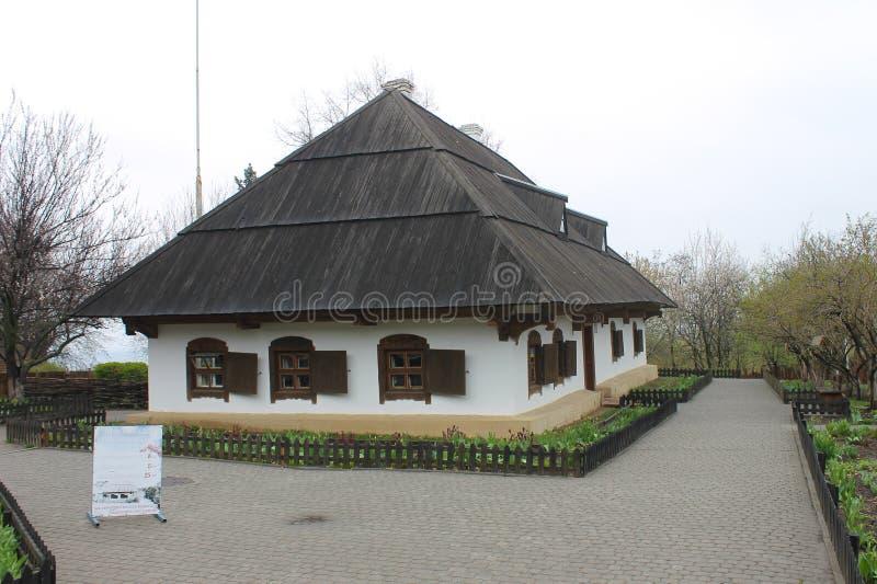 Ethnographic museum i Poltava, Ukraina Traditionellt gammalt ukrainskt hus arkivfoto