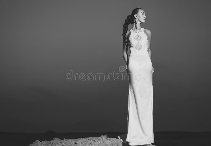 Ethnohuwelijk Vrouw in witte huwelijkskleding in woestijn stock fotografie