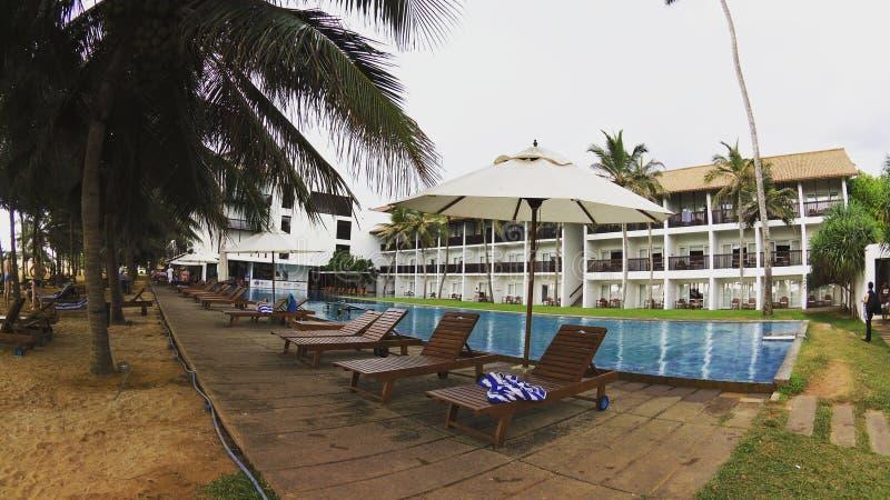 Ethukala-Strand-Hotelbild durch das Pool stockbilder