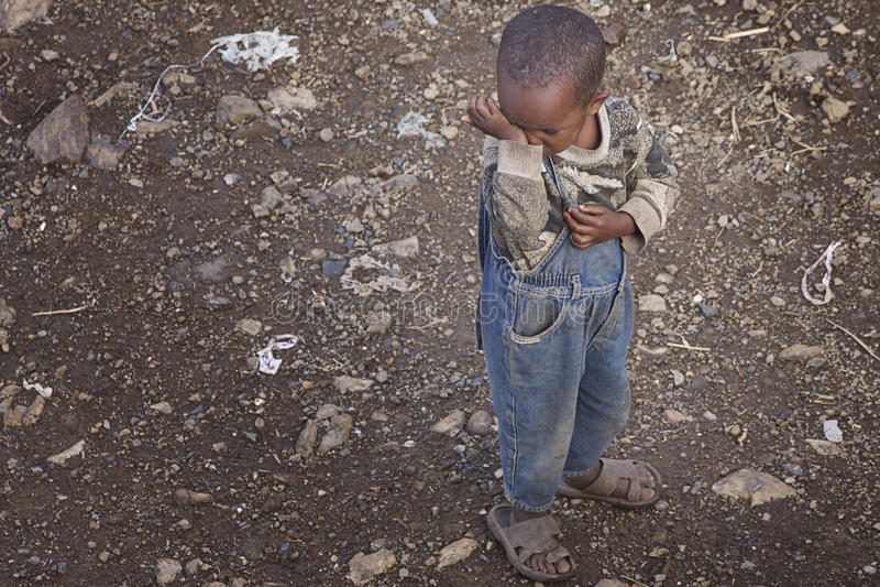 Etiópia: Sentimento da criança triste imagem de stock