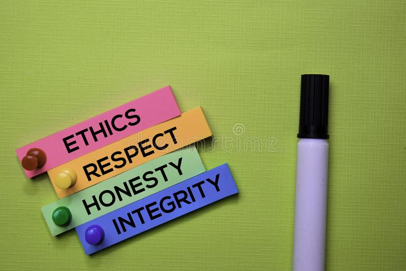 Etica, rispetto, onestà, testo di integrità sulle note appiccicose isolate sullo scrittorio verde Concetto di strategia del mecca fotografia stock
