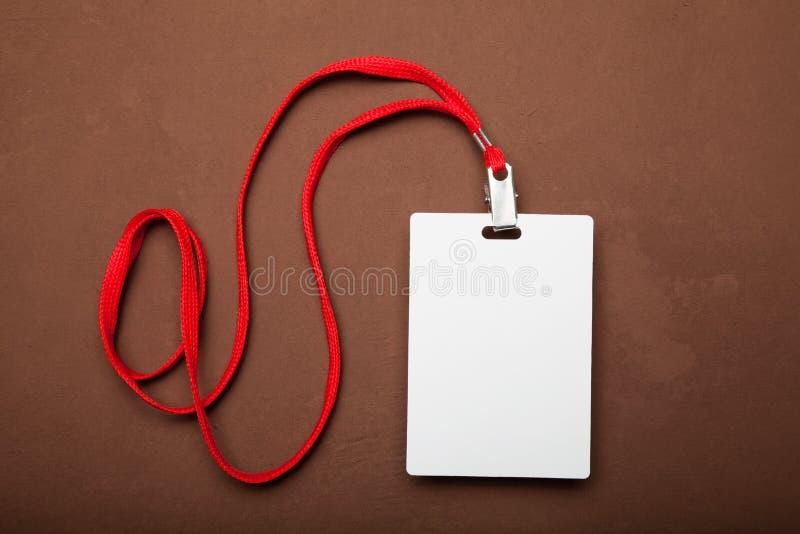 Etichetta bianca di nome con la cordicella rossa immagini stock libere da diritti