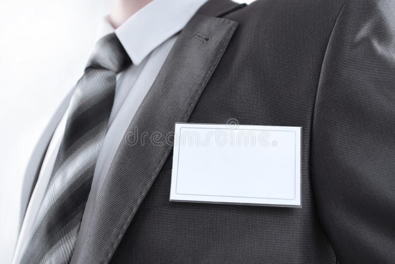 Etichetta in bianco di identit? che pende da un vestito dei businessmans immagine stock libera da diritti