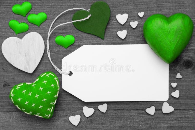 Etichetta in bianco e nero, cuori verdi, spazio della copia immagine stock libera da diritti