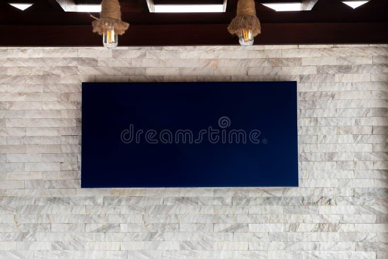 Etichetta blu dello schermo in bianco sul fondo di pietra bianco di struttura fotografia stock