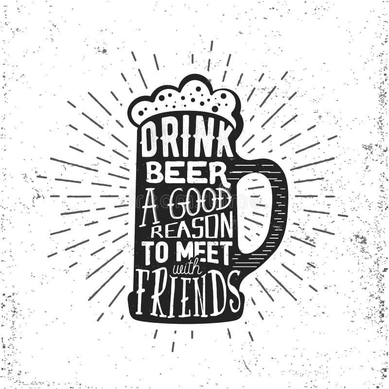 Etichetta d'annata disegnata a mano con la tazza di birra, lo sprazzo di sole e l'iscrizione fotografia stock