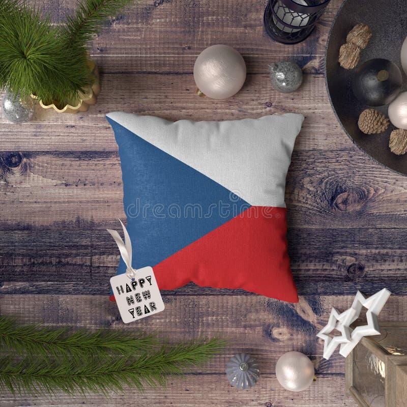 Etichetta del buon anno con la bandiera della repubblica Ceca sul cuscino Concetto della decorazione di Natale sulla tavola di le fotografie stock