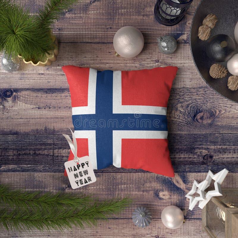 Etichetta del buon anno con la bandiera di Jan Mayen e delle Svalbard sul cuscino Concetto della decorazione di Natale sulla tavo fotografie stock libere da diritti