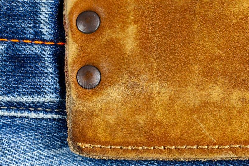 Etichetta del cuoio di Brown sulle blue jeans immagini stock