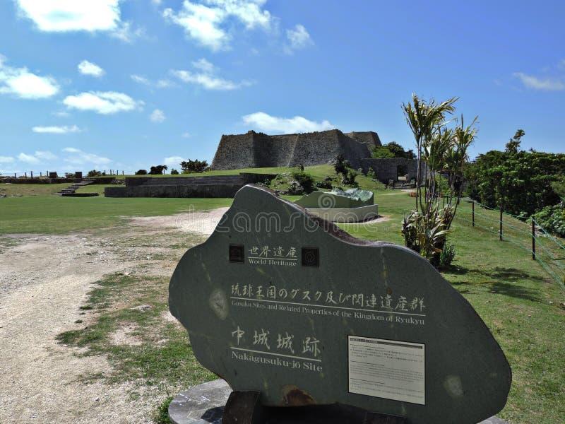 Etichetta del patrimonio mondiale dell'Unesco del sito di Nakagusuku-jo nel Giappone fotografie stock