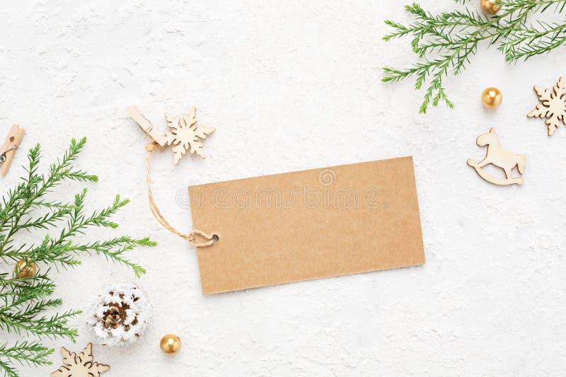 Etichetta del regalo di Natale con le decorazioni del ` s del nuovo anno & la crusca conifera fotografia stock