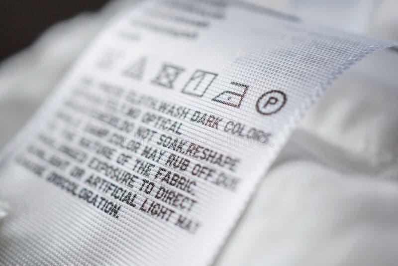 Etichetta dell'etichetta del panno con le istruzioni di cura della lavanderia fotografie stock libere da diritti