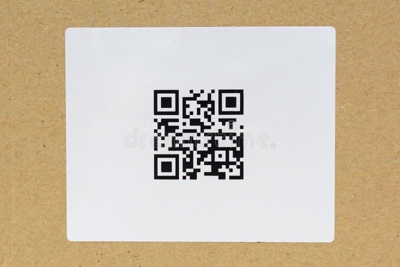 Etichetta di codice di QR sul cartone fotografia stock