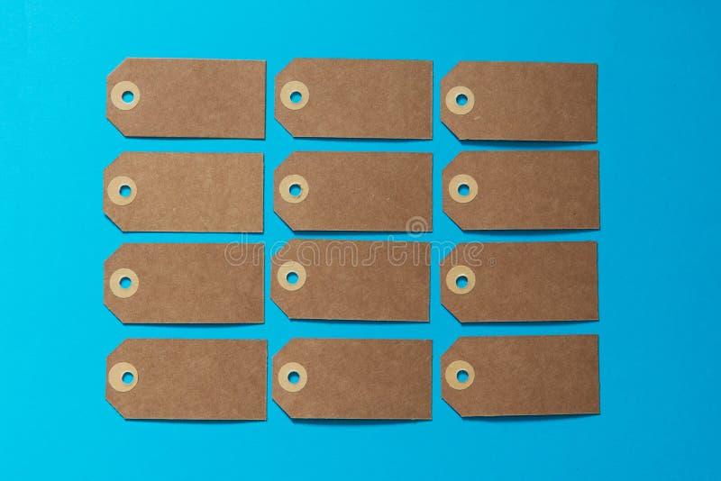 Etichetta di eco di Brown con il cartone di Kraft su un fondo blu Modello immagine stock