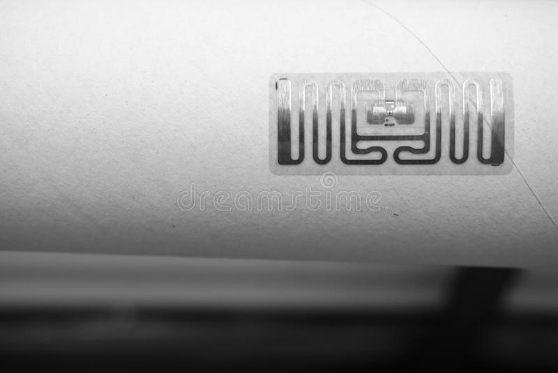 Etichetta di RFID su rotolo di carta immagini stock libere da diritti