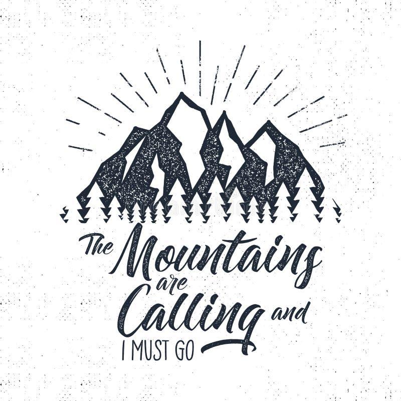 Etichetta disegnata a mano di advventure Montagne che chiamano illustrazione Progettazione di tipografia con le esplosioni solari royalty illustrazione gratis