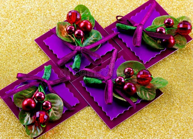 Etichette del regalo di Natale con gli archi e le piante fotografia stock libera da diritti