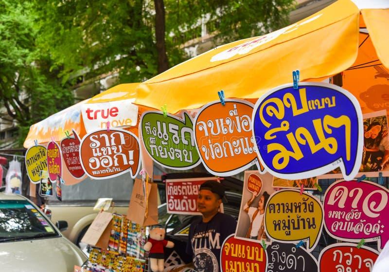 Etichette divertenti nella lingua tailandese sulla vendita per la graduazione dello studente di college immagini stock libere da diritti
