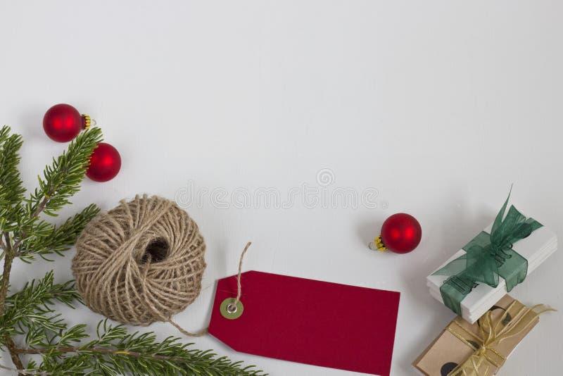Etichette e cordicella rosse di Natale fotografia stock libera da diritti