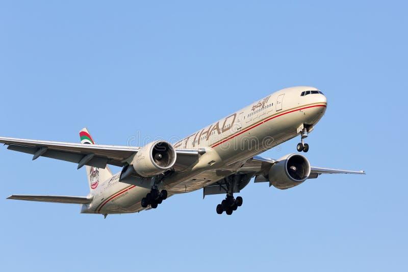 Etihad Airways Boeing 777-300 che si avvicina alla pista fotografia stock