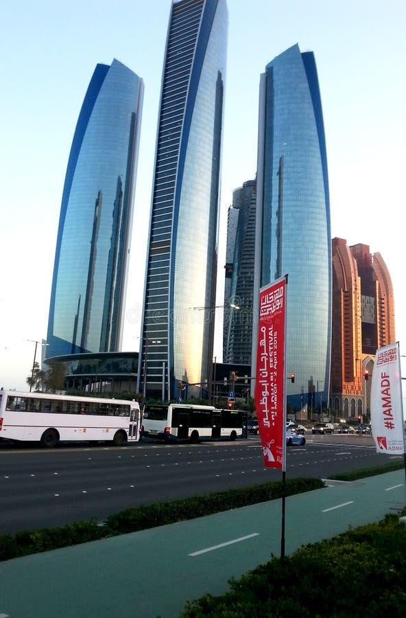 Etihad torn är ett komplex av byggnader med fem torn i Abu Dhabi, huvudstaden av Förenadeen Arabemiraten arkivfoto