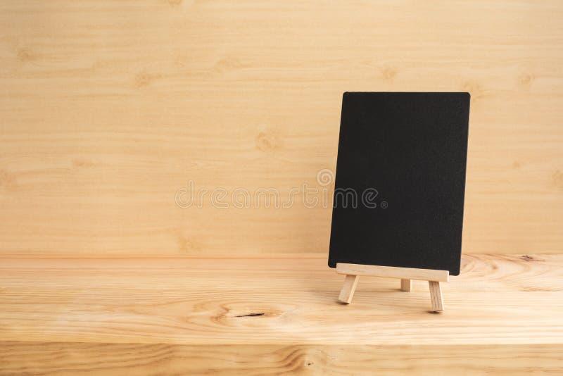 Etiketbord op de houten achtergrond van de lijstbovenkant stock foto's