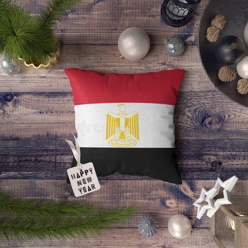 Etikett f?r lyckligt nytt ?r med den Egypten flaggan p? kudden Julgarneringbegrepp p? tr?tabellen med ?lskv?rda objekt fotografering för bildbyråer