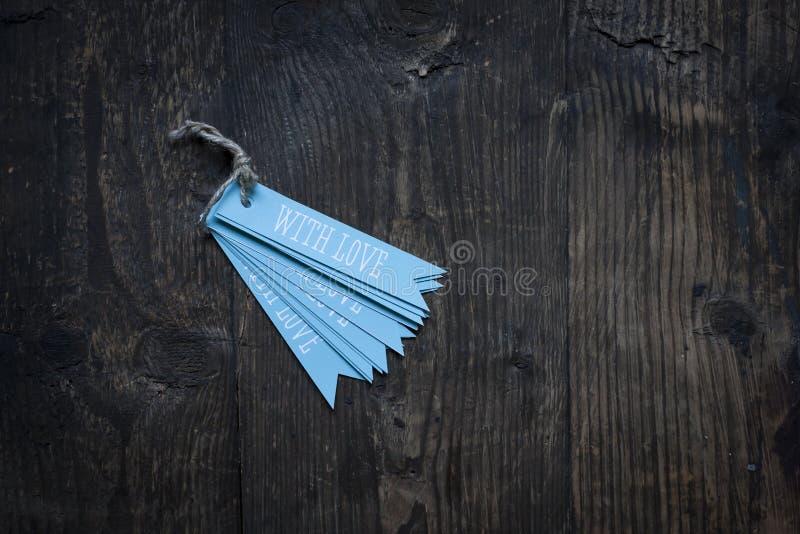 etikett med förälskelse på träbakgrund arkivfoton