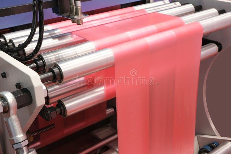 Etiketten die op de machine van de flexodruk vervaardigen stock fotografie