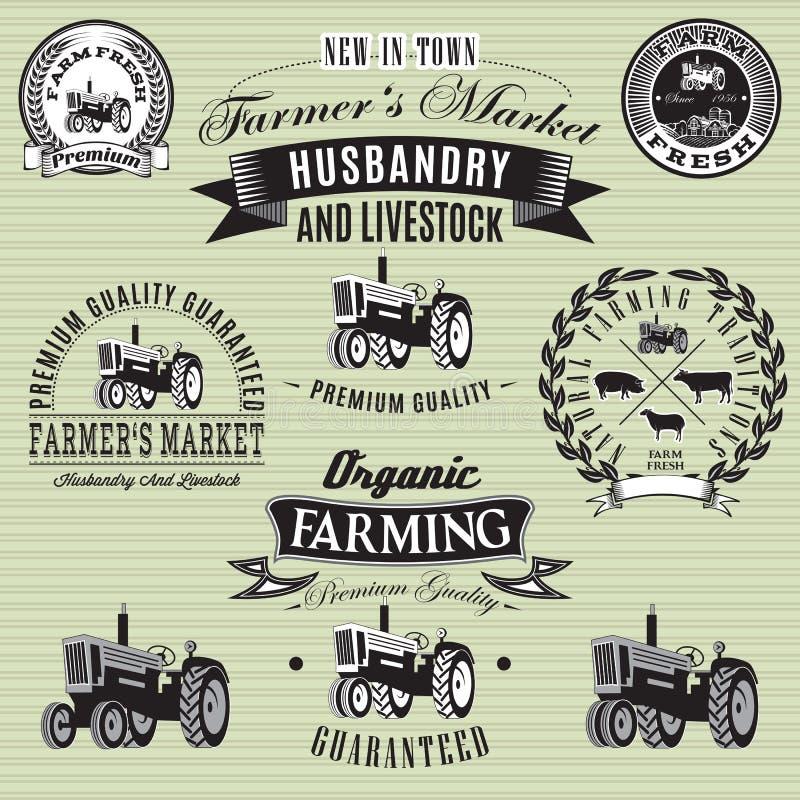Etiketter med en traktor för boskap och skörd royaltyfri illustrationer