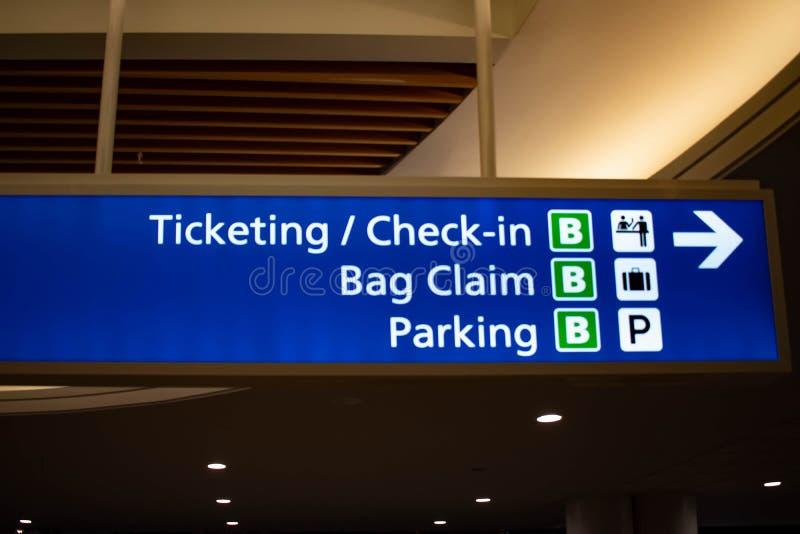 Etikettering en het Controleren van het Eind blauwe teken van B in Orlando International Airport stock foto's
