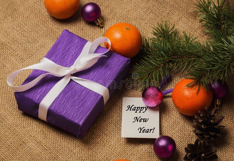 Etikettieren Sie guten Rutsch ins Neue Jahr, Geschenk, Postkarte und Weihnachtsdekorationen lizenzfreies stockfoto