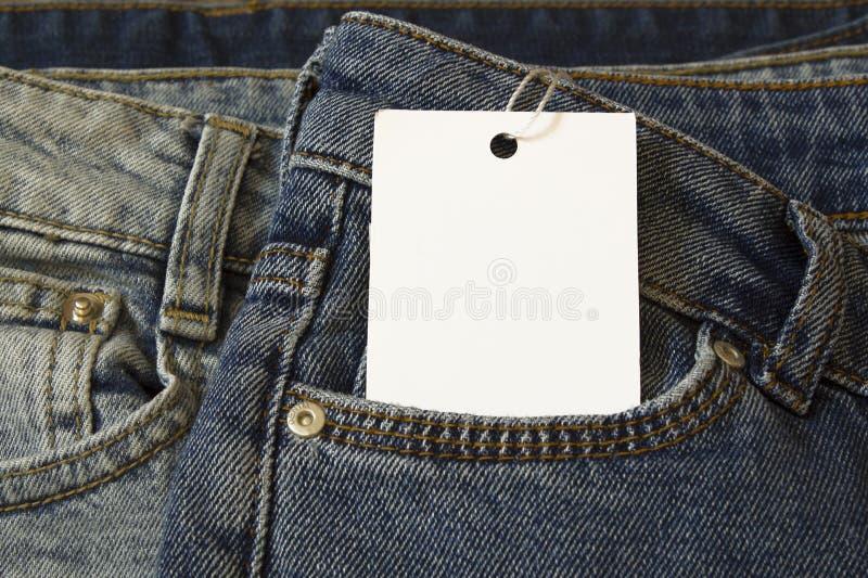 Etikettprislappmodell på jeans från vitbok royaltyfria bilder