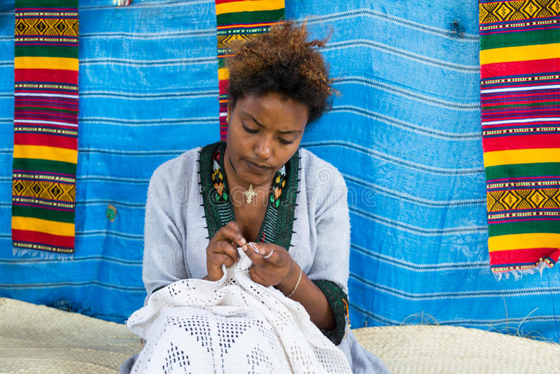 Etiopía, Bahir Dar, enero de 2015: Un punto de la mujer un vestido, REDACTOR imagen de archivo