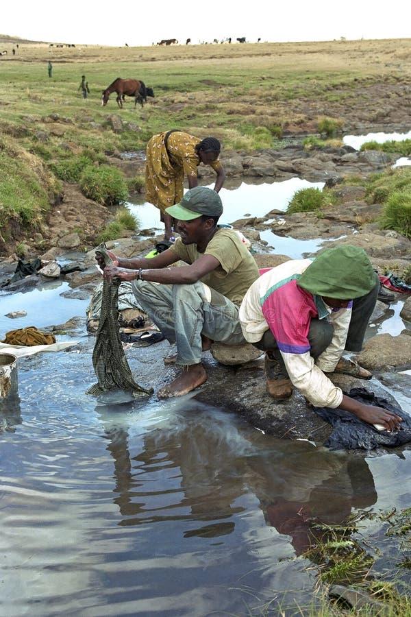 Etiopczyków myć odziewa w działającym strumieniu obrazy royalty free
