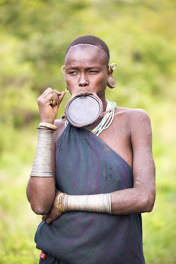 Etiopia, 9/Listopad/2015, Surmy plemię: Surmy kobieta z warga talerzem obraz royalty free
