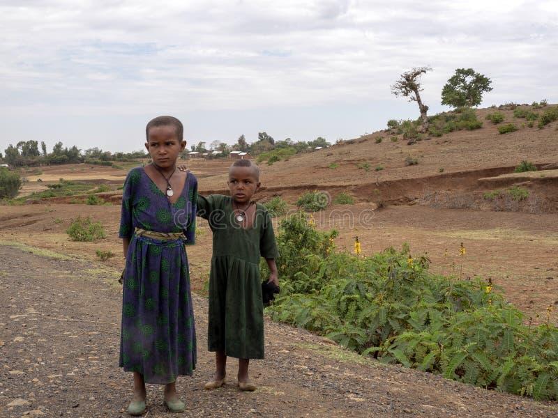 ETIOPIE APRIL 22. 2019, etiopiska barn som står vid vägen och tänker ofta om sötsaker, April 22. 2019, Etiopia royaltyfria foton
