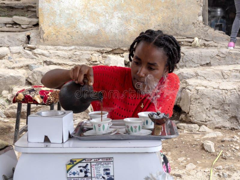 ETIOPIEN APRIL 28th 2019 etiopisk flicka som förbereder traditionellt kaffe, April 28th 201 Etiopien royaltyfria foton