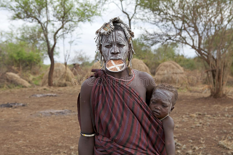 Mursi kvinna och barn, Etiopien arkivbilder