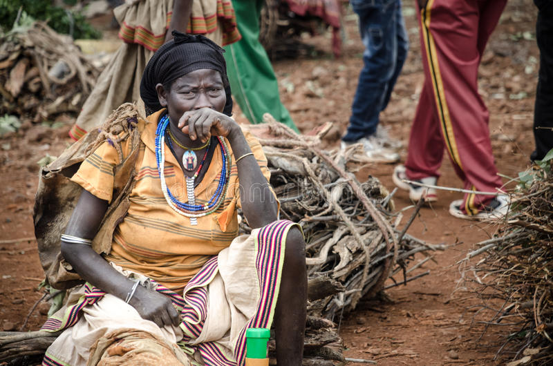 Etiopien kvinna från den Konso stammen på marknaden av Fasha royaltyfri bild