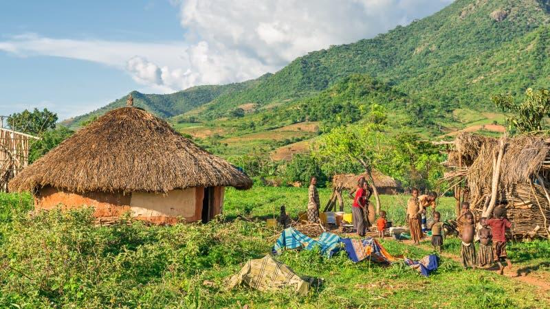 Etiopisk familj som förbereder matställen i den sydliga delen av Ethiop arkivbilder