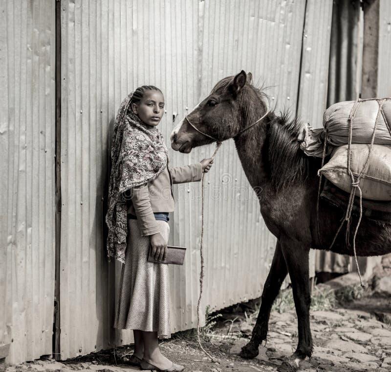 Etiopisk flicka med hästen arkivbild