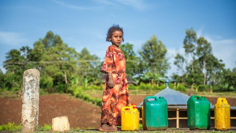 Etiopisk flicka som går för vatten nära Addis Ababa, Etiopien royaltyfri fotografi