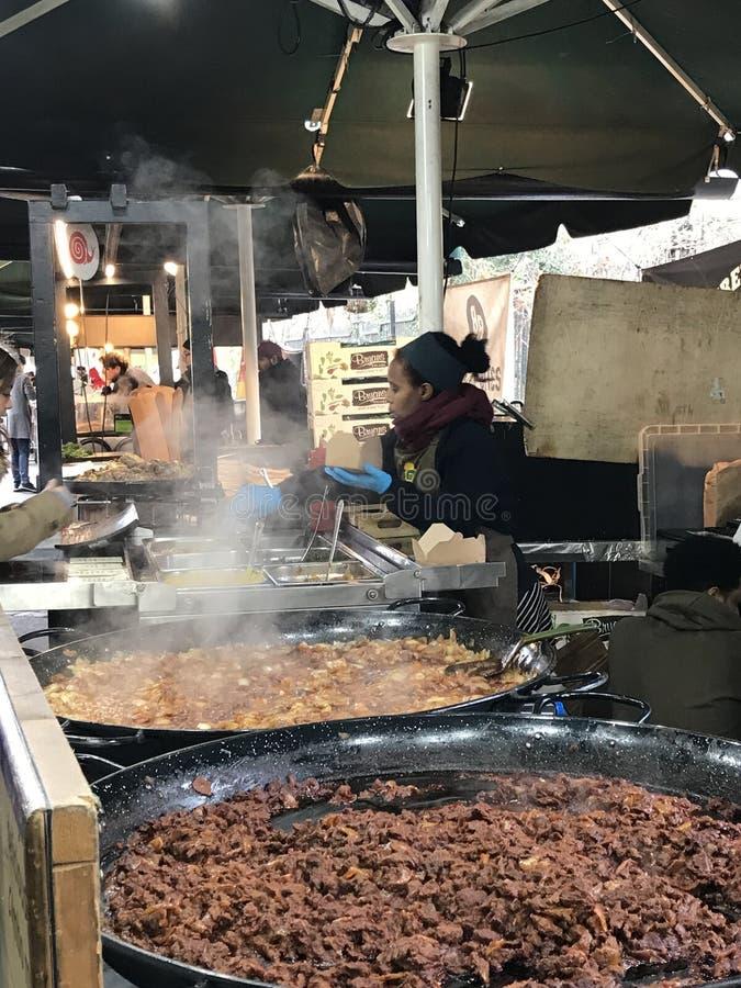 Etiopisk kokkonst för lunch på stadmarknaden, London, UK arkivfoto