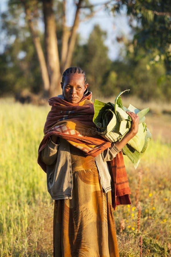 Etiopisk kvinna med banansidor royaltyfria bilder